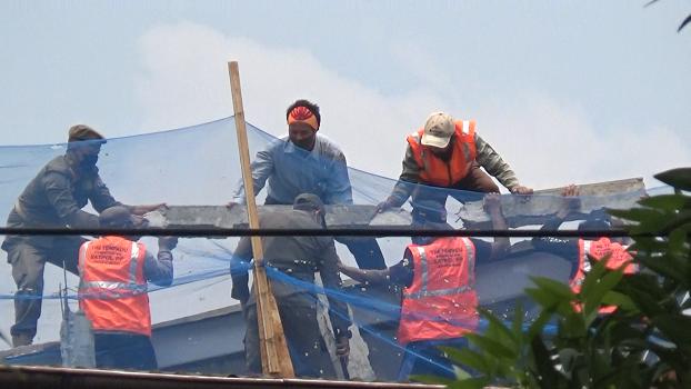 Satpol PP Jakarta Barat Eksekusi Pembongkaran Tembok di Perumahan Komplek Kedoya