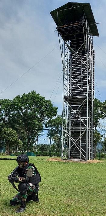 Prajurit Yonif Para Raider 502 sedang latihan rapling dan free fall